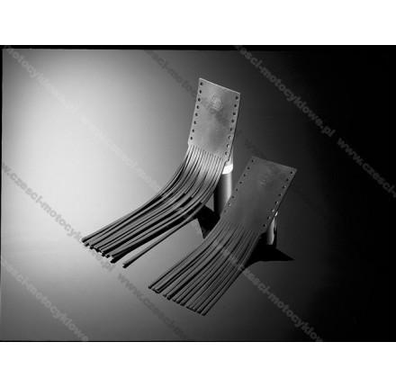 Skórzane nakładki na manetki z frędzlami o długości 20 cm. Producent: Highway Hawk.